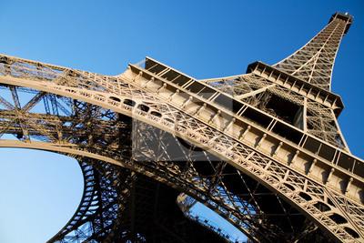 Amplio ángulo de visión de la Torre Eiffel en el cielo azul