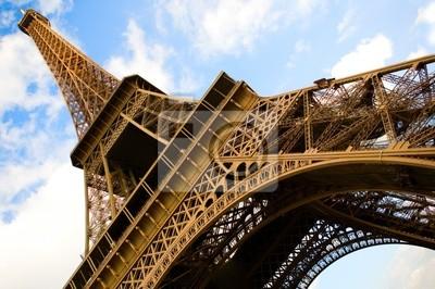 Amplio ángulo de visión de la Torre Eiffel en el cielo azul con nubes