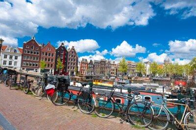 Póster Amsterdam, Países Bajos 27 de abril: Tradicional paisaje urbano de Amsterdam con casas medival, las bicicletas en el puente en abril 27,2015. Amsterdam es la ciudad más poblada del Reino de los Países