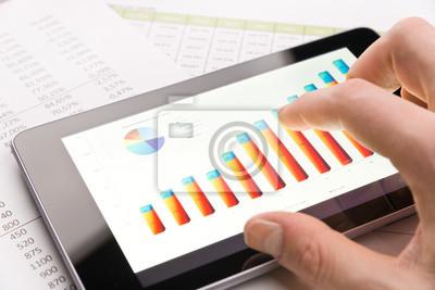 Analizar el gráfico con la tableta-PC de close-up
