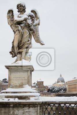 Ángel con la corona de espinas en el puente de Sant Angelo, Roma (Italia).