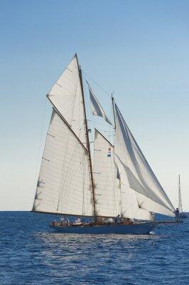 Póster Antiguo barco de vela durante una regata en el Panerai Classic Yac