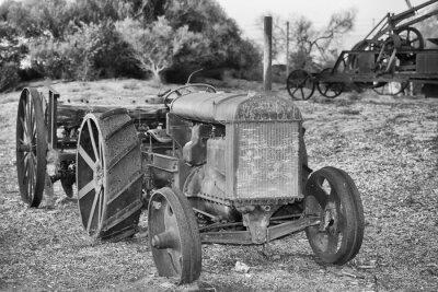 Póster Antiguo oxidado detalle Tractores antiguos en blanco y negro