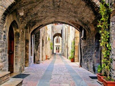 Póster Arco de la calle medieval en la ciudad de Asís, Italia