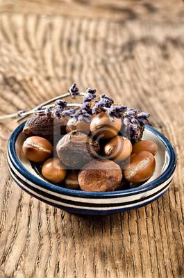 Argan frutos en un plato marroquí