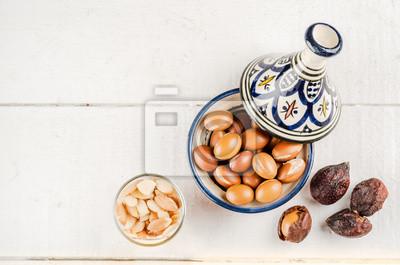 Argan frutos en un tajine marroquí