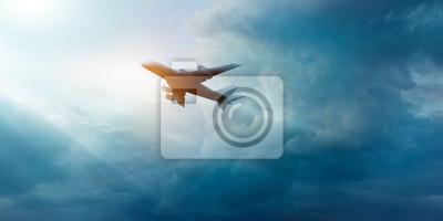 Avión comercial en el cielo oscuro y la nube en la salida del sol