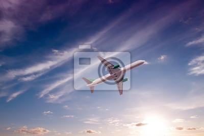 Avión con hermoso cielo en el fondo