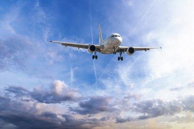 Avión de pasajeros despega de las pistas contra un hermoso cielo nublado