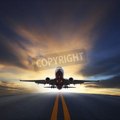 Póster avión de pasajeros despegar desde pistas contra hermoso cielo oscuro con el uso de espacio de la copia para el transporte aéreo, el viaje y los viajes de negocios de la industria