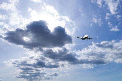 Avión durante el aterrizaje con el cielo hermoso