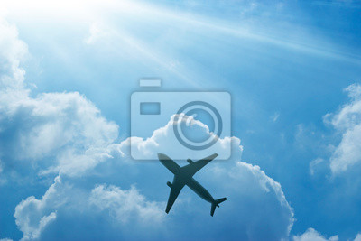 Avión en el cielo azul y nubes al amanecer