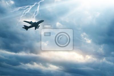 Avión en el cielo con truenos y relámpagos