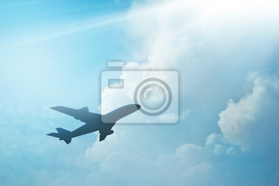 Avión en el cielo y la nube al atardecer
