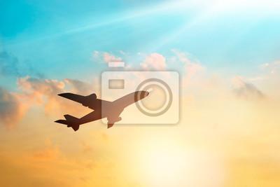 Avión en las nubes cielo en la puesta del sol, color pastel