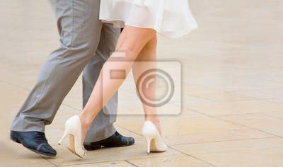 Bailando tango. Bailarines de la calle que realizan la danza del tango