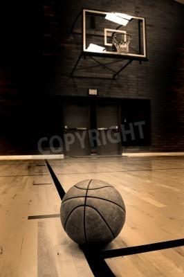 Póster Baloncesto en corte con el aro en el fondo