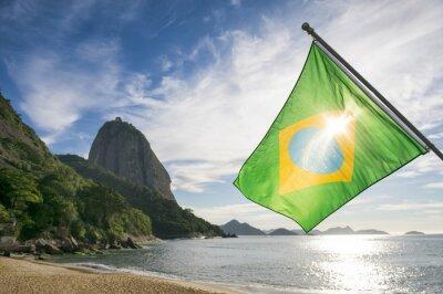 Póster Bandera de Brasil en Praia Vermelha Playa Roja con una vista del amanecer de Sugarloaf Montaña Pao de Acucar en Río de Janeiro Brasil