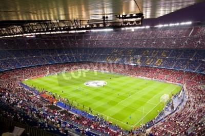 Póster BARCELONA - 13 de septiembre: Multitud de personas en el estadio Camp Nou antes del partido de Champions entre el FC Barcelona y el AC Milan, marcador final 2-2, el 13 de septiembre de 2011 en Barcelo