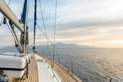 Póster Barco de navegación en el poder en el mar en calma