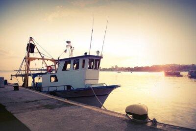 Póster Barco de pesca industrial está amarrado en el puerto. Vintage foto tonos