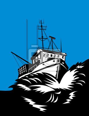 Barco de pesca luchando contra enormes olas