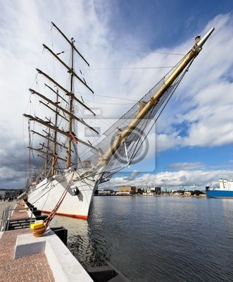 Barco de vela en el muelle en Gdynia, Polonia.