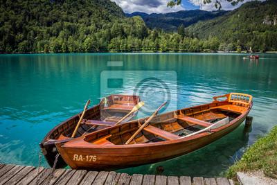 Barcos en el muelle de la isla de Bled, Lago Bled, Eslovenia.