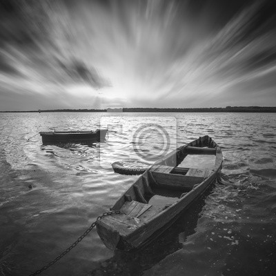 Barcos en un río. Imagen monocromática