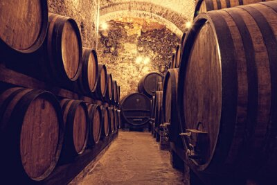 Póster Barriles de madera con el vino en una bodega, Italia