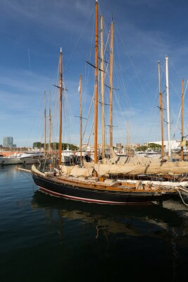 Bateau voilier de plaisance en la marina