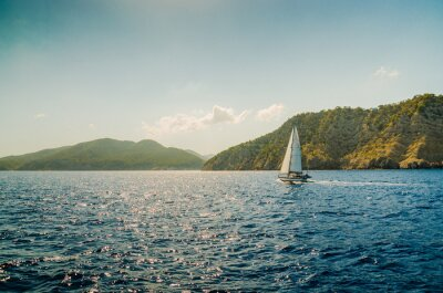 Bateau voilier sur la mer