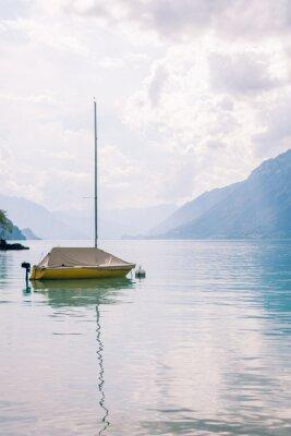 Bateau voilier sur le lac de montagne