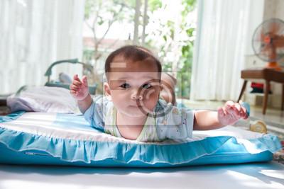 bebé mintió en la cama en casa salón