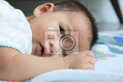 bebé mintió en la cama y los ojos abiertos