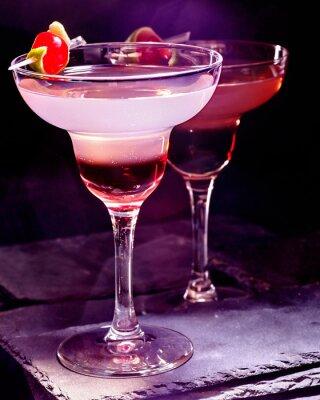 Póster Bebida de la granada con la cereza en fondo negro. Tarjeta de cóctel 90.