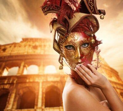 Bella mujer delante del Coliseo (Roma, Italia)
