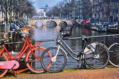 Póster Bicicletas de la ciudad típicas en Amsterdam en el puente