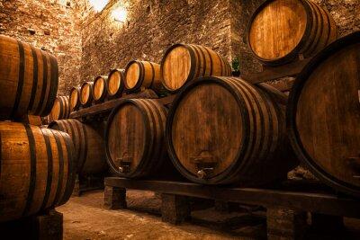 Póster bodega con barriles para el almacenamiento de vino, Italia
