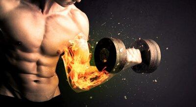 Póster Bodybuilder atleta levantamiento de peso con fuego explotar concepto de brazo