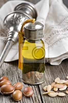 Botella de aceite de argán y frutos
