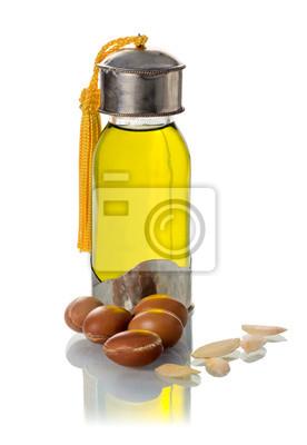 Botella de cristal de aceite de argán con frutos secos y semillas