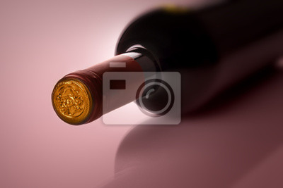 Botella de vino en el fondo púrpura