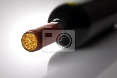Botella de vino rojo sobre fondo blanco