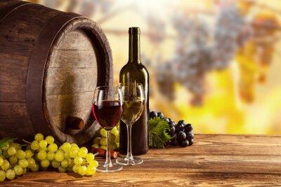 Póster Botella de vino rojo y blanco y vidrio en barril wodden