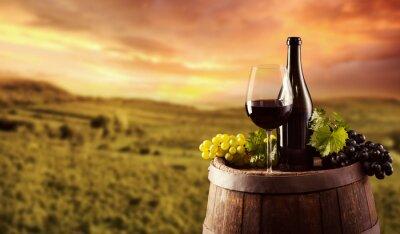 Póster Botella de vino rojo y el vidrio en barril wodden