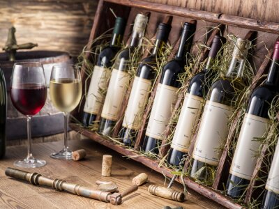 Póster Botellas de vino en el estante de madera.