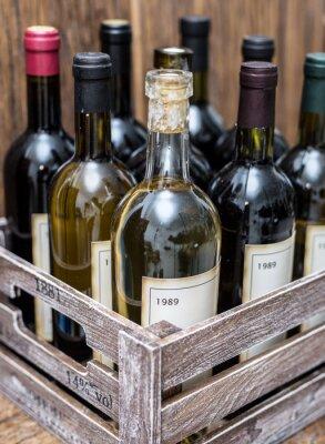 Póster Botellas de vino en un cajón de madera.