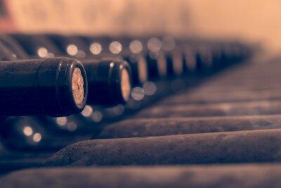 Póster Botellas de vino viejas apiladas para el envejecimiento