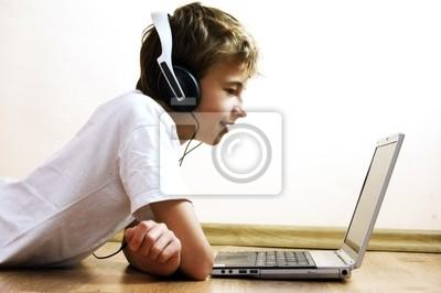 Boy pasar tiempo con el cuaderno y la tecnología moderna